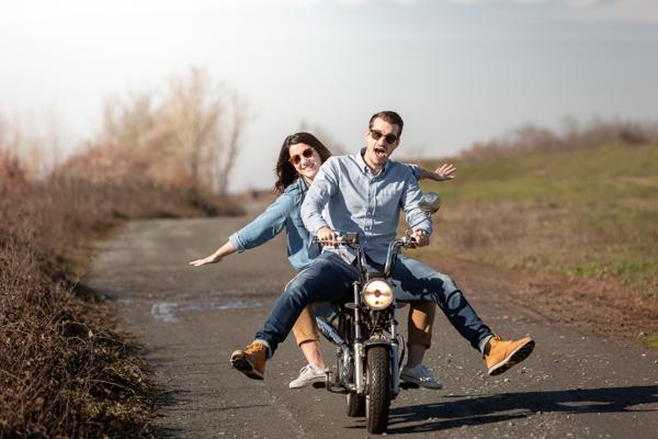 Le couple sur la moto à faire les foufous