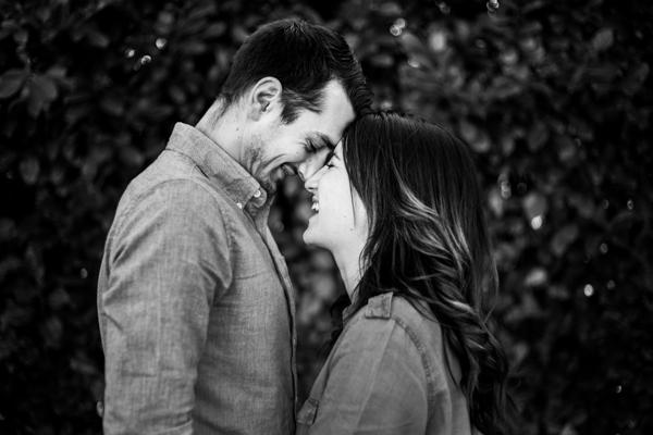 Les futurs mariés face à face les visage collés l'un à l'autre éclatent de rire