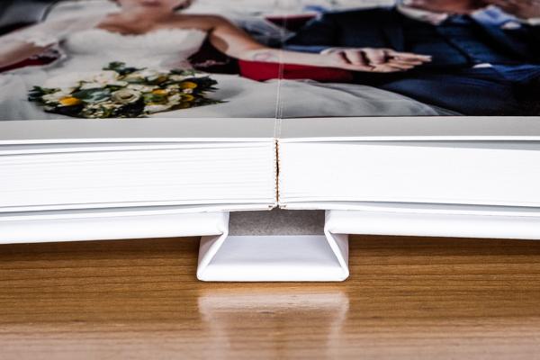 gros plan sur la reliure du livre et son ouverture à plat