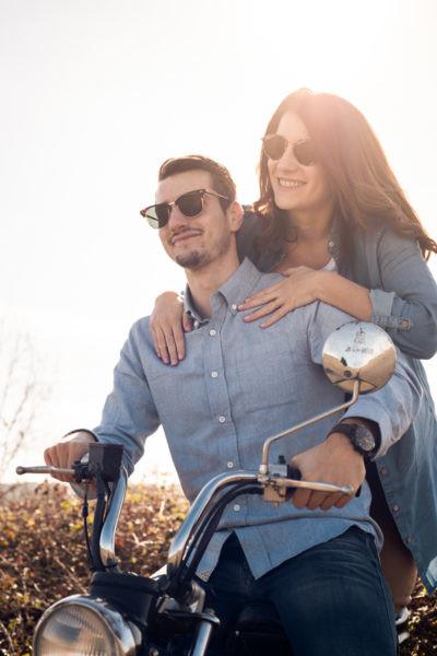 Le couple sur la moto, la femme accrochée aux épaules